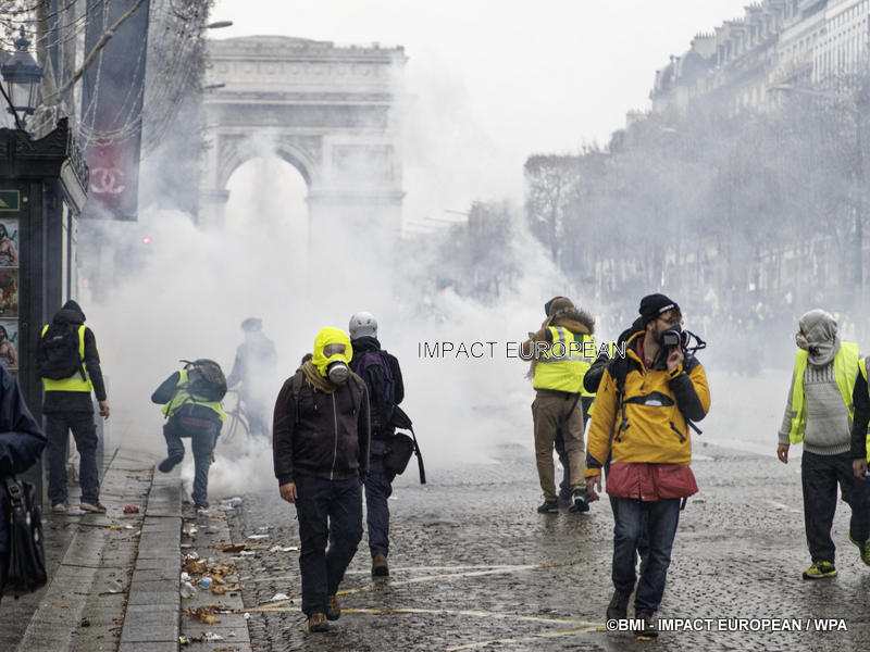 Yellow vests: a record number of arrests, damage in Paris and in several cities, Macron expected to turn …